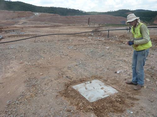 Trabalho de coleta de metano e gás carbonico emitido em aterro sanitário, utilizando câmara de emissão difusiva de solo, Caieiras, SP.