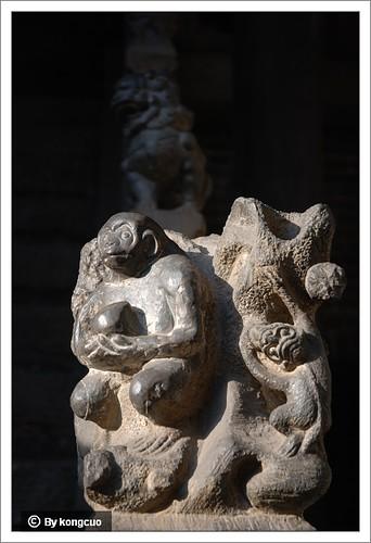 图:楼梯口的猴子和蟠桃石雕