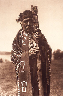 Hamasaka in Tlu Wulahu costume with speaker's staff Qagyuhl, British Columbia, ca. 1914 / Hamasaka en costume Tlu Wulahu avec le bâton de l'orateur - Qagyuhl, Colombie Britannique, vers 1914