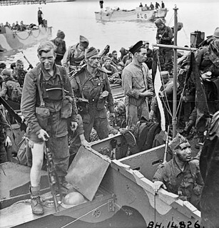 "British commandos who took part in Operation JUBILEE, the raid on Dieppe, returning to England, 19 August 1942 / Débarquement de soldats revenant de l'opération ""Jubilee"", le raid sur Dieppe"