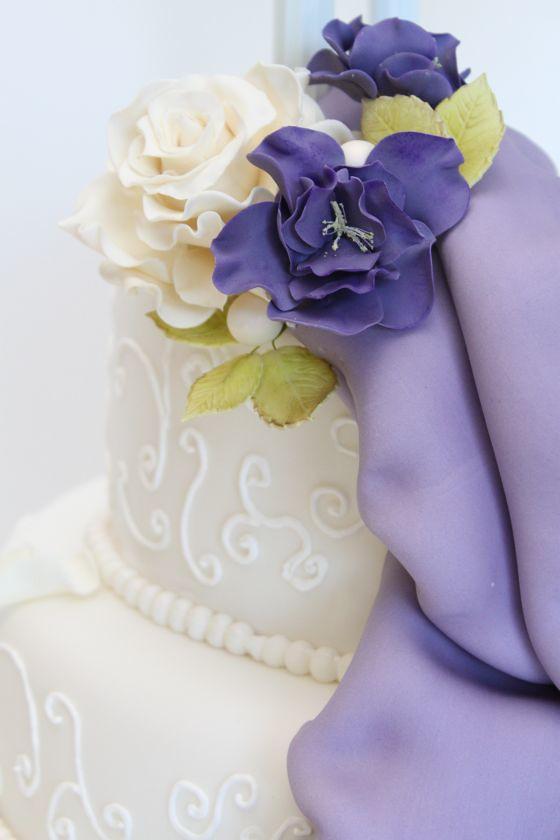 Hochzeitstorte Mit Cremefarbenen Rosen Und Lisianthus A Photo On