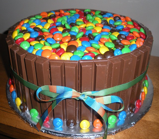 Kit Kat Cake | Cake with buttercream frosting, surrounded ...