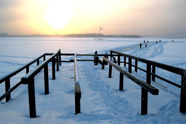 Patinando sobre hielo en el mar congelado