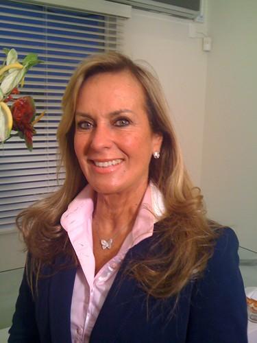 Eterna garota de Ipanema: Helo Pinheiro cuidando da pele na Clinica Volpe. Tratamento dela: ponteira NIR para estimular colageno!