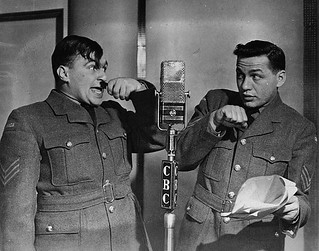 Johnny Wayne and Frank Shuster performing in a CBC radio broadcast of The Army Show / Johnny Wayne et Frank Shuster, durant une représentation de The Army Show à la radio de la SRC