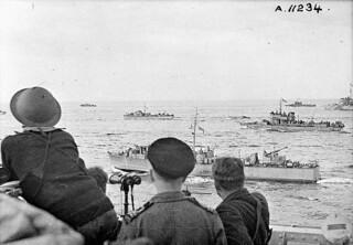 Landing craft en route to Dieppe, France, during Operation Jubilee, 19 August 1942 / Convoi de péniches de débarquement se dirigeant vers Dieppe durant l'opération « Jubilee »