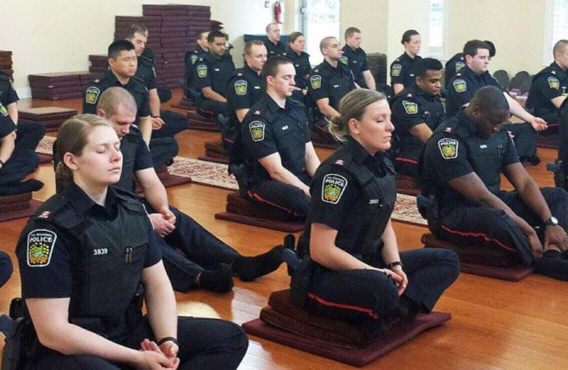Para petugas Kepolisian Wilayah Peel, Ontario, Kanada, berlatih meditasi kesadaran penuh. Foto: cbc.ca
