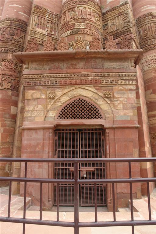 Maravillosa puerta de acceso al Qutab Minar, donde nos esperan cientos de escalones para conseguir una de las mejores vistas de Delhi, a parte de sentir la historia de 800 años. Qutab Minar, la torre de piedra más alta de la India - 4178610642 7981113c24 o - Qutab Minar, la torre de piedra más alta de la India