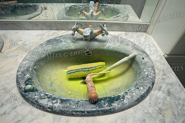 evier de salle de bain sali par des travaux de peinture flickr photo sharing. Black Bedroom Furniture Sets. Home Design Ideas