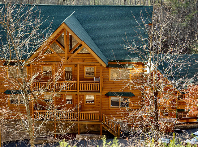 Log cabin constructed in the pigeon forge area in this for Large cabin rentals in tennessee
