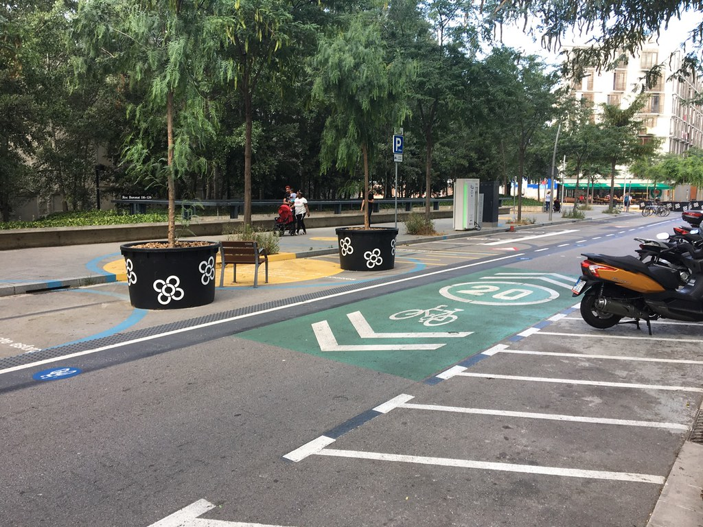 Contraflow and vehicle charging station