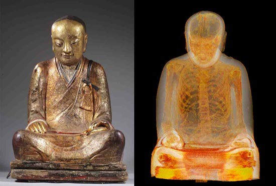 Arca (kiri) dan hasil citra tomografi berkomputer (kanan) dari mumi Master Liuquan. Foto: Drents Museum