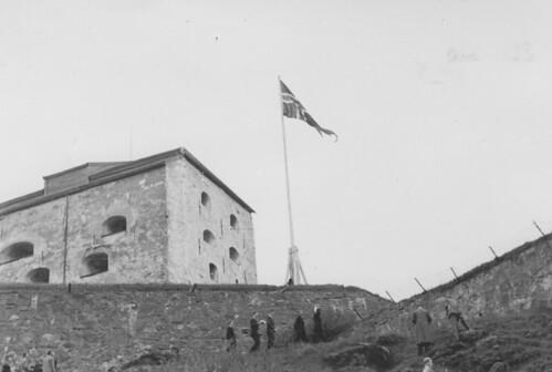 Atter vaier Norges flagg over Kristiansten festning (1945)