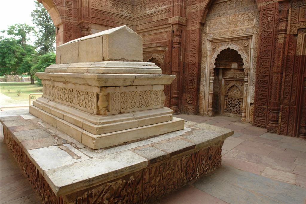 Las tumbas y mausoleo de los ltutmish fue construido entre 1210 y 1236. En ésta tumba yacen Shams-ud-din Iltutmish, tercer gobernante de la dinastía de los mamelucos de Delhi de origen turco. Inicialmente él era un esclavo de Qutb-ud-din Aibak pero más tarde se convirtió en su hijastro y su teniente más cercano. Qutab Minar, la torre de piedra más alta de la India - 4177844267 16faff1134 o - Qutab Minar, la torre de piedra más alta de la India