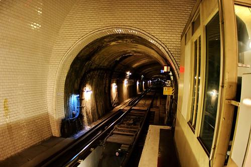 Paris le tunnel du métro à la station Gambetta sur la ligne 3 Bis 1