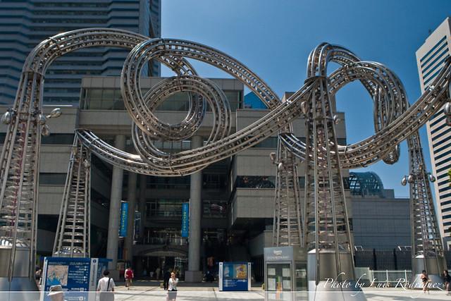 Escultura metálica en Minato Mirai