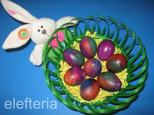 αυγα βαμμενα με χαρτακια
