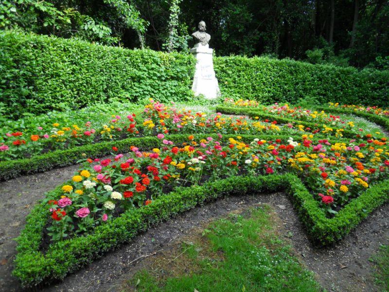 Flores y escultura de Miguel Iscar
