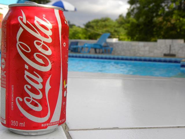 Coca cola combina com piscina copyright 2010 carlos for Piscina de coca