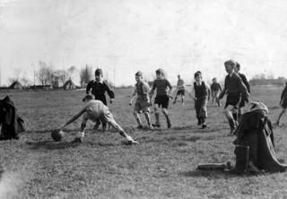 Trainen in de wei / Soccer training for schoolboys