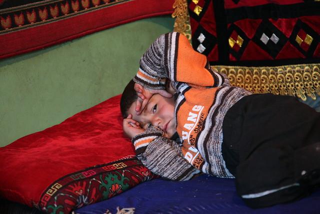 タシュクルガン、寝起きの子ども