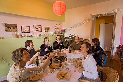 Déjeuner entre amis dans un appartement contemporain (France).