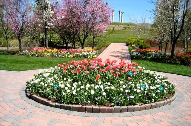 Round flower bed flickr photo sharing for Round flower garden ideas