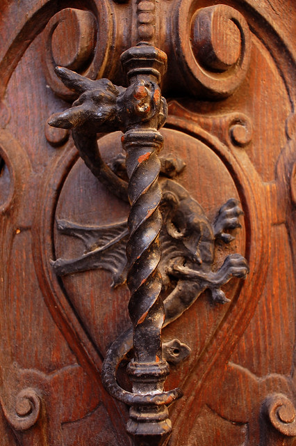 Dragon door knob