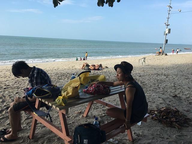 ペナンのビーチ、バトゥフェリンギにて休憩。