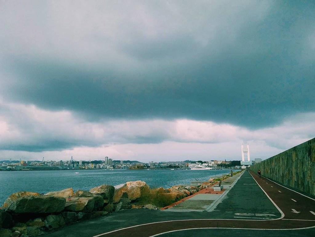 Nubes mañaneras. #whilebiking #diquedeabrigo #Coruña #phonephoto #photography #vsco