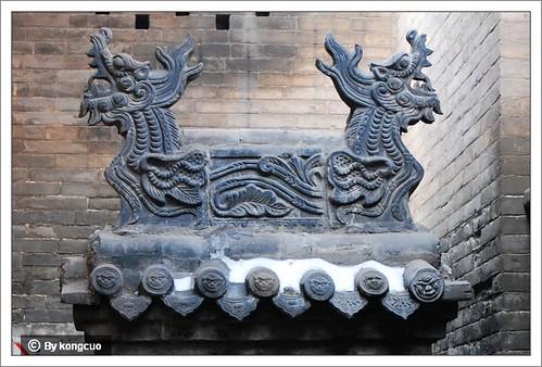 图:正脊上的龙形砖雕