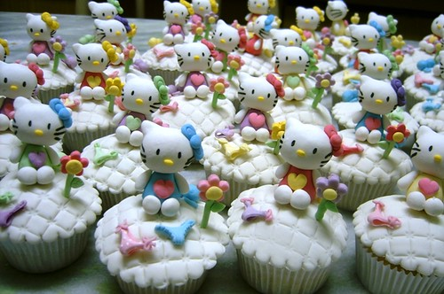 4506136915 71e3e33ac9 Hello Kitty Cupcake Decorating Ideas