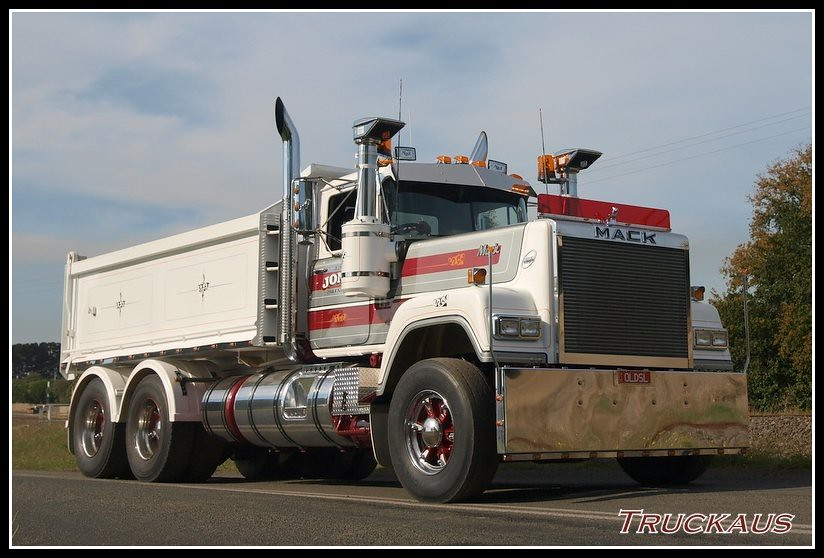 V8 Mack Superliner http://flickriver.com/photos/7295020@N06/4546849786/