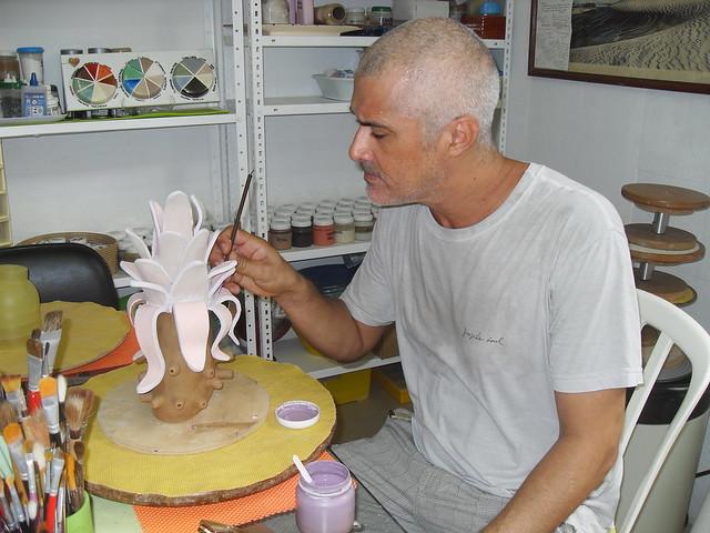 Aluno pintando