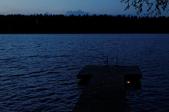 Hora azul junto a un lago