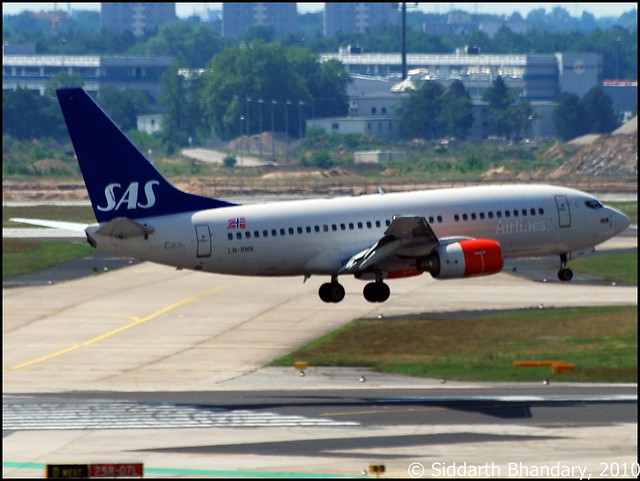 Scandinavian Airlines Boeing 737 about touch down on runway 25R