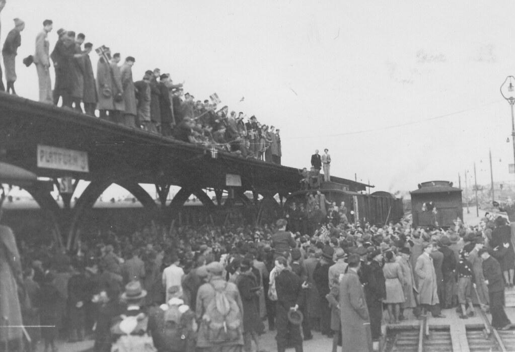 Folkemengde ved plattform 3 på Trondheim Sentralstasjon (1945)