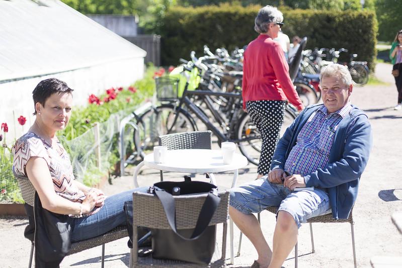 fika med mamma och pappa i slottsträdgårdens café!