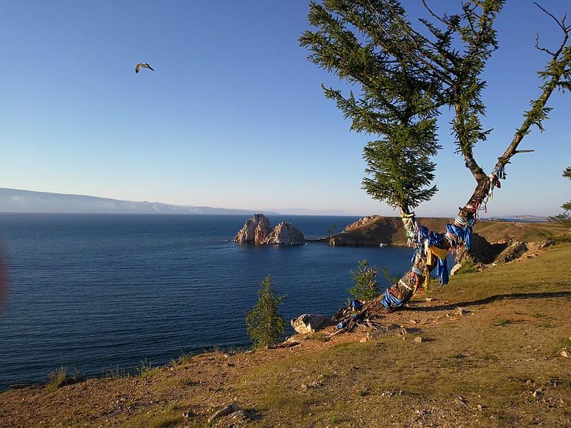 Widok na skałę Szamanka koło Chużyru na Olchonie