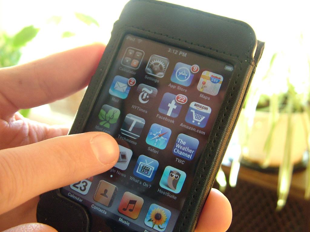 Gli italiani e lo smartphone? Spendaccioni e mammoni