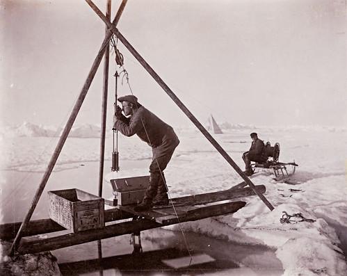Fridtjof Nansen leser temperaturen fra vannhenteren, 1894