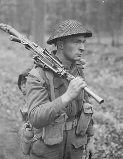 Pte H.E. Goddard of the Perth Regiment, carrying a Bren gun, in a forest north of Arnhem, Netherlands, April 1945 / Le sdt H.E. Goddard du Perth Regiment, portant un fusil-mitrailleur Bren, dans une forêt au nord d'Arnhem, Pays-Bas, avril 1945