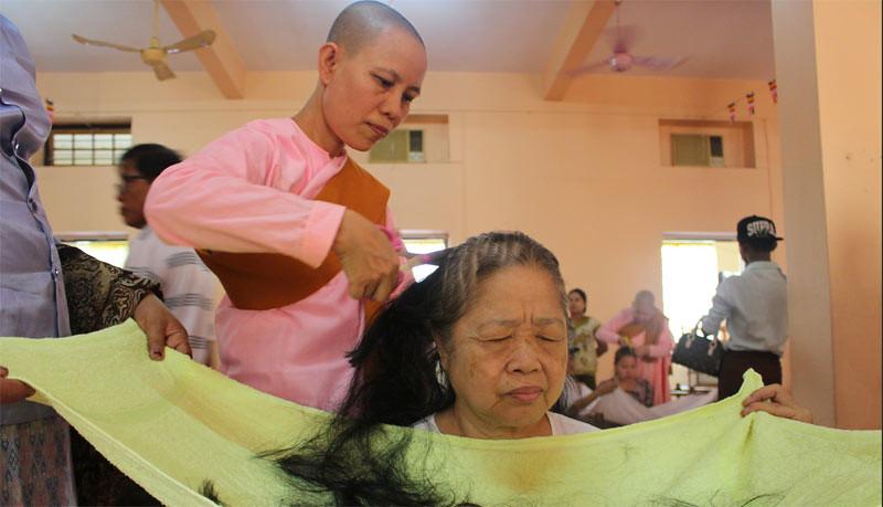 Wanita Buddhis menjadi siladhara sementara saat Tahun Baru Thingyan 2017 di Vihara Yangon, Myanmar.