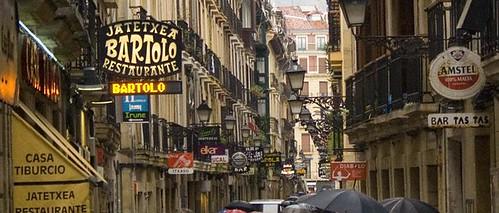 Publicidad. La calle Fermín Calbetón en San Sebastián es un amontonamiento de bares y carteles