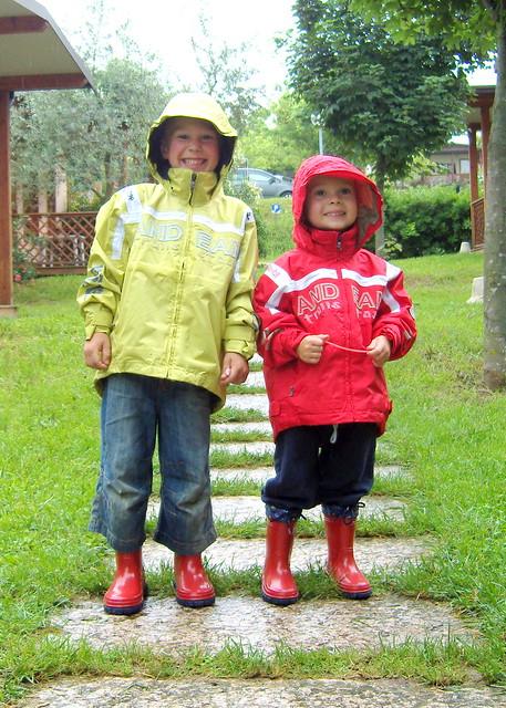 Jungs im Regen