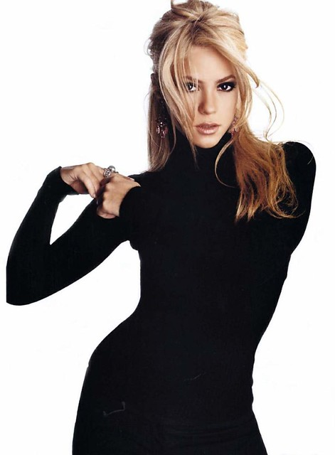 Shakira in black turtleneck. Supersexy black t-collar!
