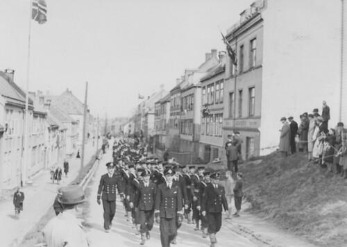 Den britiske marine marsjerer gjennom Trondheim / The Royal Navy marching through Trondheim (1945)