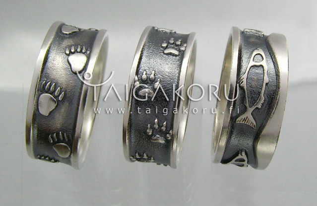 MS64 Hopeasormus, eläinten jäljet. Silver ring, animal marks.