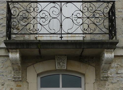 Labatut (40), balcon et décoration du linteau