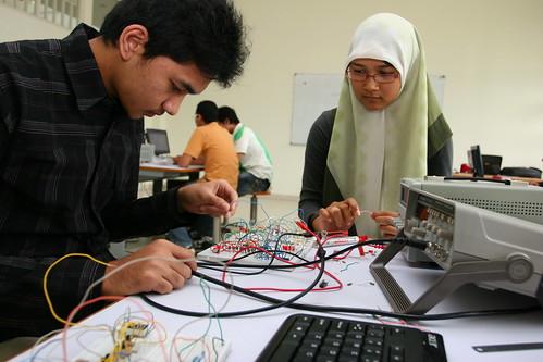 Mengajarkan riset terapan dan keterampilan teknologi